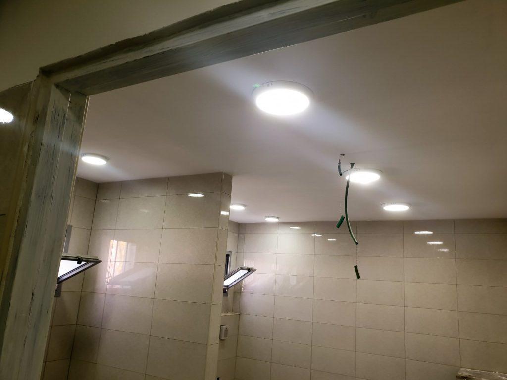 הנמכת תקרת גבס בחדר שירותים במבנה ציבורי