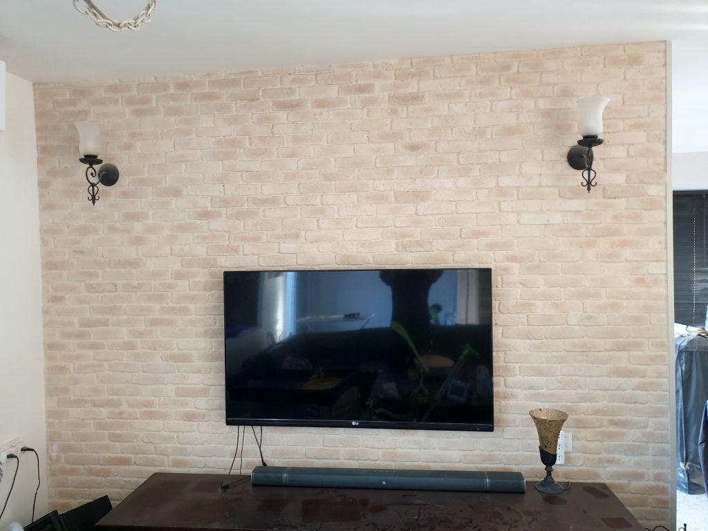חיפוי בריקים סינטטיים בקיר טלוויזיה