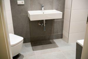 שיפוץ דירה קטנה חדר שירותים קטן